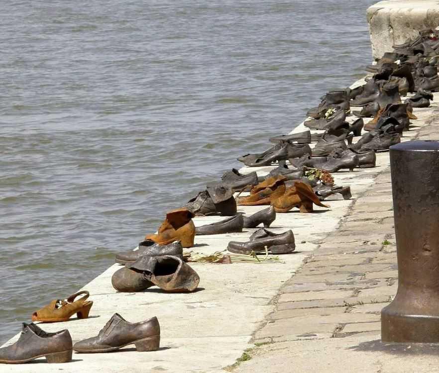 Прямо на набережной Дуная сооружён очень трогательный мемориал в память о жертвах холокоста.