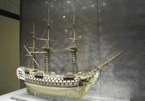 Модели кораблей, сделанные из человеческих костей