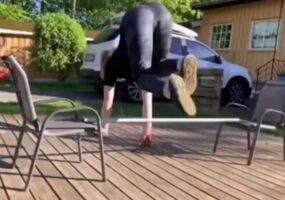 Норвежская женщина бегает и прыгает, как лошадь