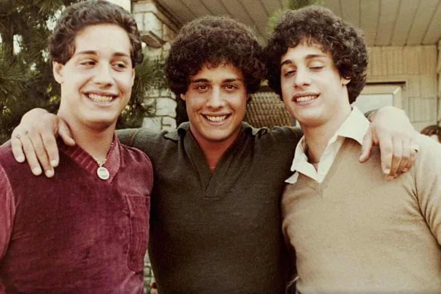 Чтобы провести жестокий научно-социальный эксперимент, тройняшки были разделены...