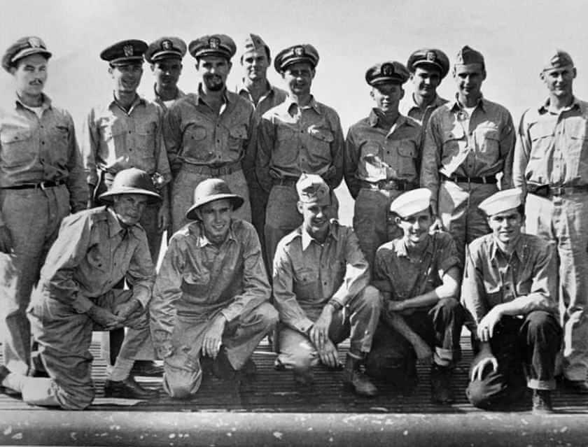 Офицеры USS Finback и нескольких пилотов и экипажа ВМС США, спасенных Finback. Второй слева на коленях - прапорщик Джордж Буш, бомбардировщик которого был сбит японцами недалеко от островов Бонин. Сентябрь 1944 г. | Местонахождение: на борту USS Finback, на берегу Тихого океана.