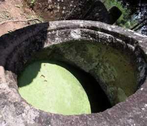 Хранящие в себе тайну - необычные историко-археологические памятники - огромные каменные кувшины.