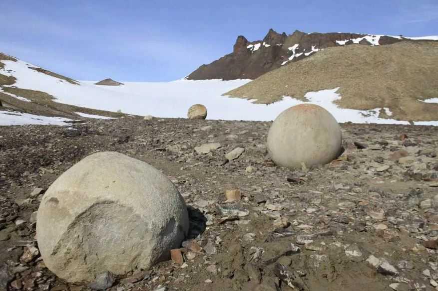 Остров Чамп, каменные шары.