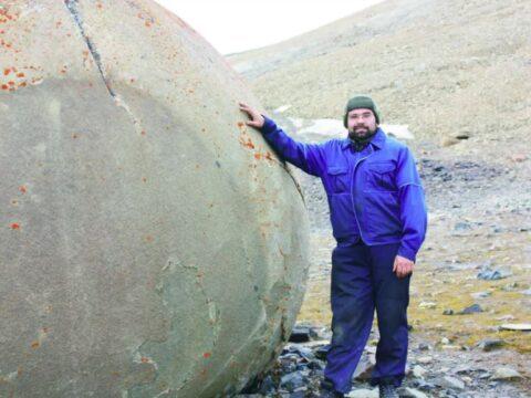 Каменные шары идеальной формы на острове Чамп.