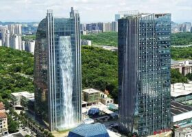 Китайский небоскреб — крупнейший в мире водопад