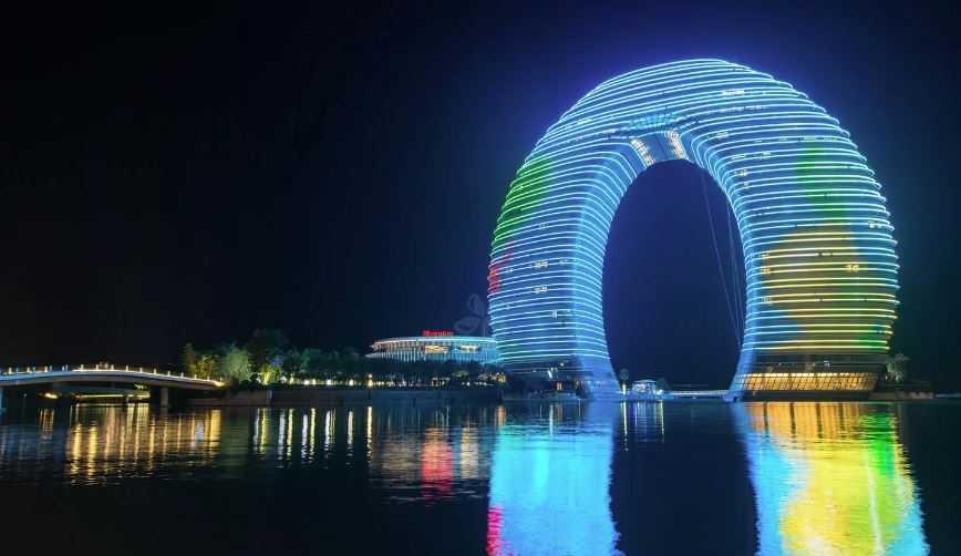 Китайцы построили роскошный отель в виде подковы.