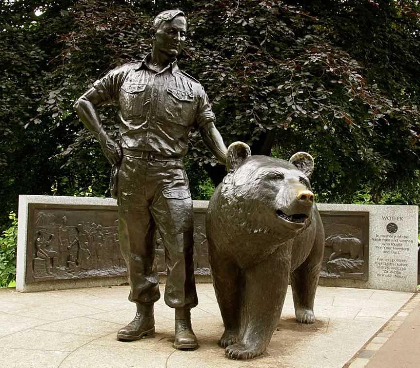 Мемориал боевого медведя Войтека.