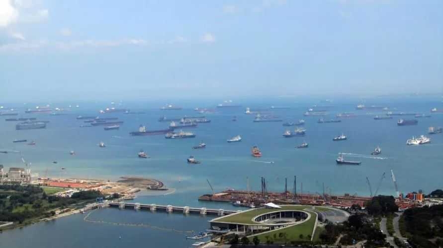 Количество судов на рейде Сингапура посчитать сложно.