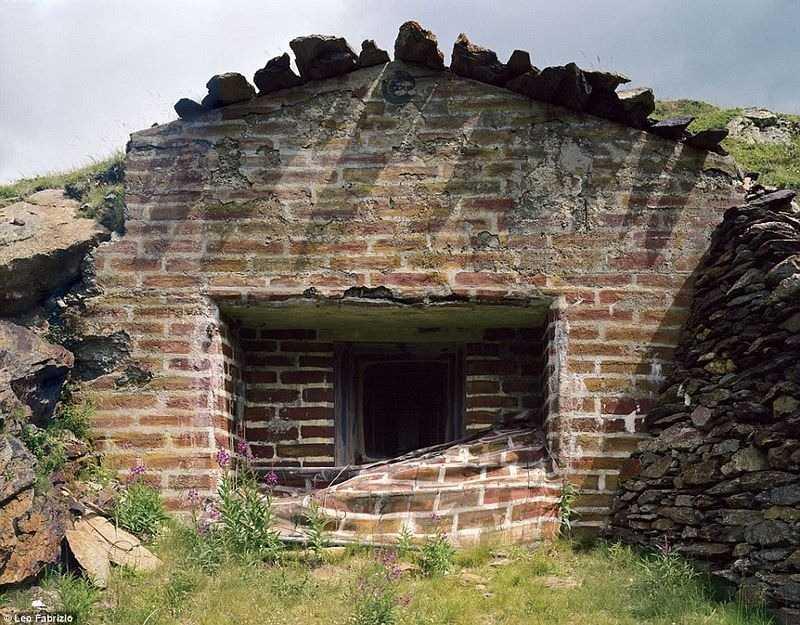 Старые, военные бункеры заметно обветшали.