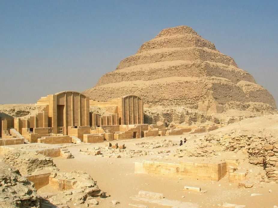 Ступенчатая пирамида Джосера - самое первое монументальное каменное сооружение.