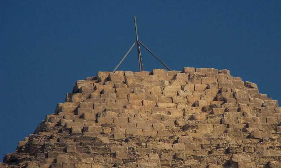 Мачтовый столб на вершине пирамиды установлен с целью проведения астрономических расчетов.