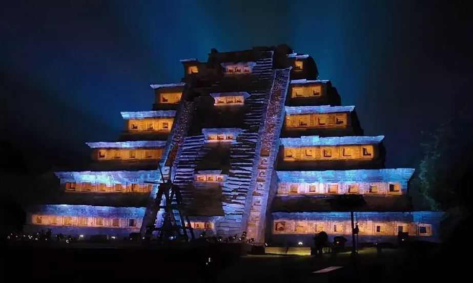 Древний, портовый город знаменит одним из самых интересных и важных памятников Эль-Тахина - Пирамидой ниш.