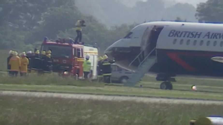 Спецслужбы подоспевшие к самолету.