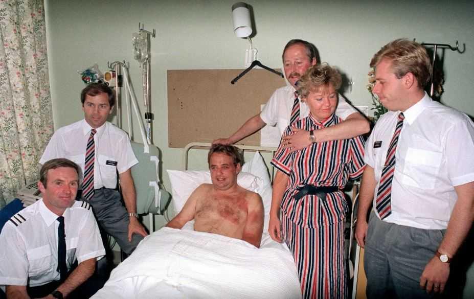 Капитан Тим Ланкастер в окружении слаженного экипажа в больнице.