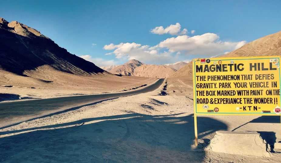 Магнитный холм - это гравитационный холм возле Леха в Ладакхе, Индия.