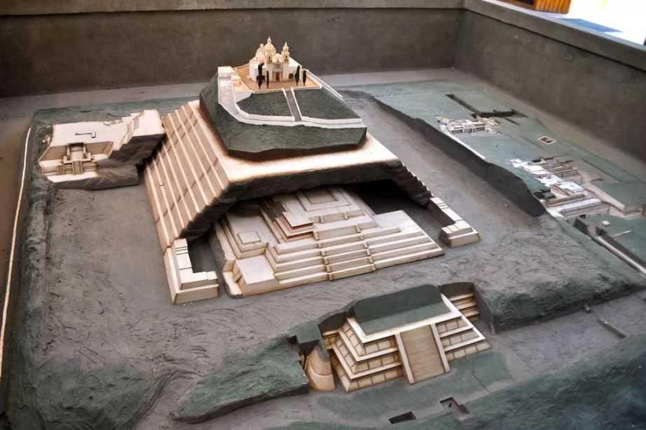 Макет пирамиды, которую построил гигант Ксельхуа. Одна пирамида надстраивалась над другой - как