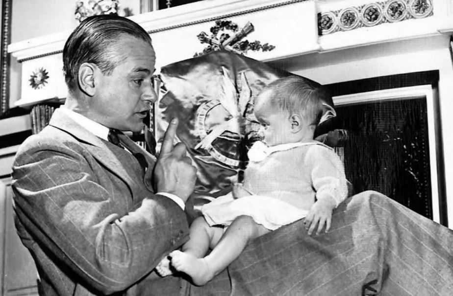 Джеймс Бернард Шафер с малышкой Джин.