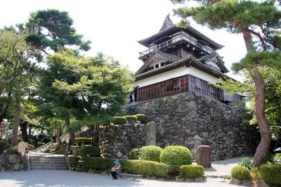 Замок Маруока с аналогичной историей строительства.