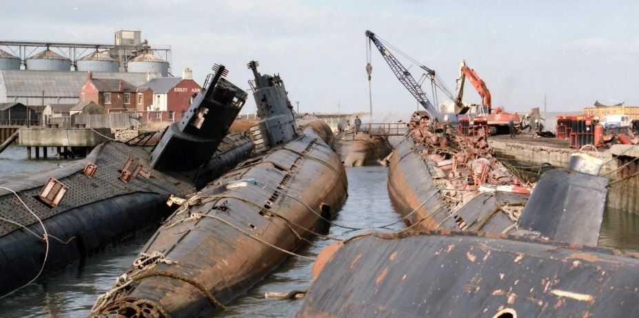 Вот такие суда советского военного флота получила Пепси, взамен за свою продукцию.