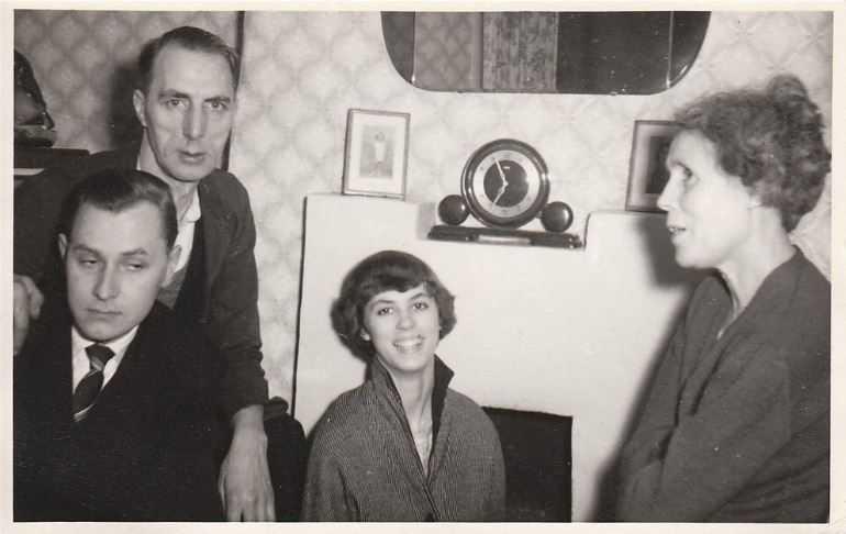 Полтергейст из Баттерси: Семья, не сбежавшая из дома. Слева внизу - исследователь паранормального Гарольд Чиббетт.