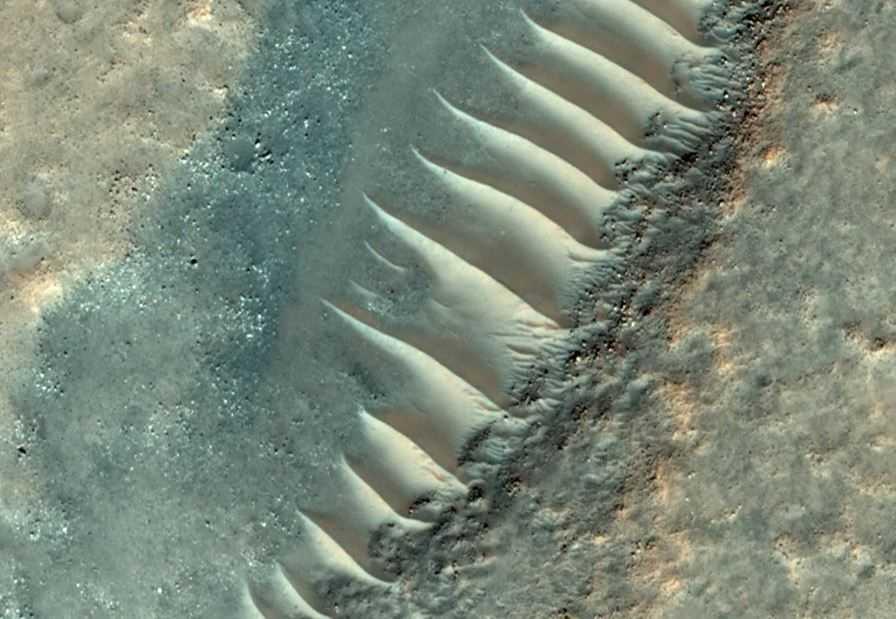 На этом фото, структура больше похожа на дюны. И совсем не похожа на стеклянную или прозрачную трубу. Но может быть это и вовсе разные образования?