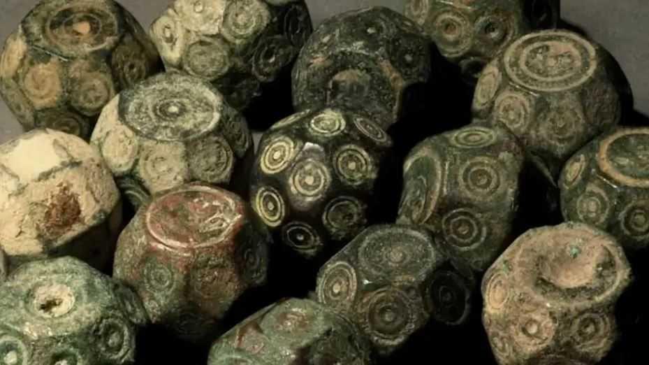 Археологами было найдено множество артефактов, разного вида.