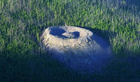 Патомский кратер: теории возникновения.