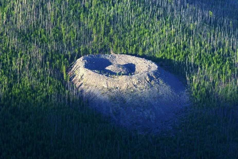 Патомский кратер: теории возникновения