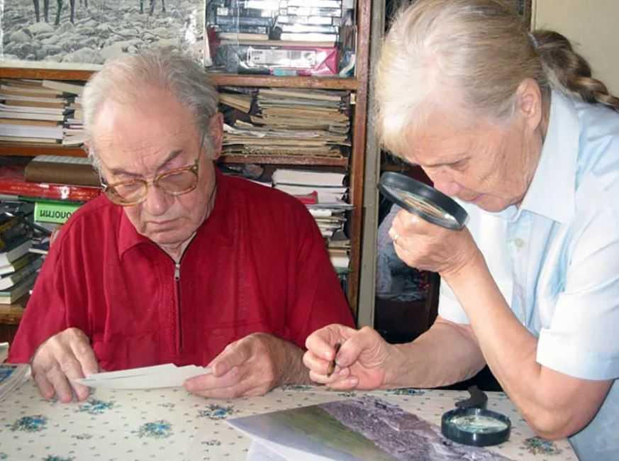 Вадим Колпаков с женой изучают фотографии, сделанные экспедицией.