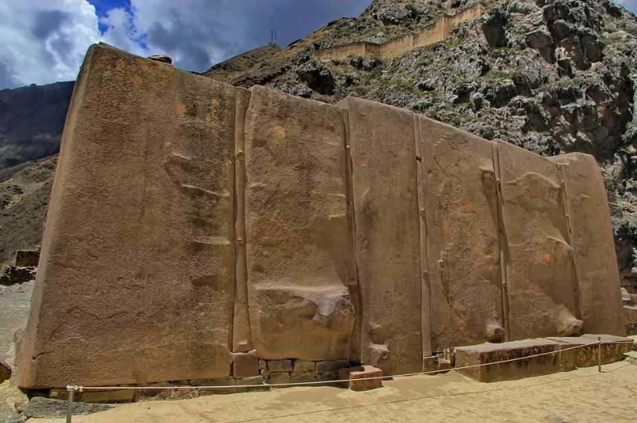 Огромный мегалит в Перу.