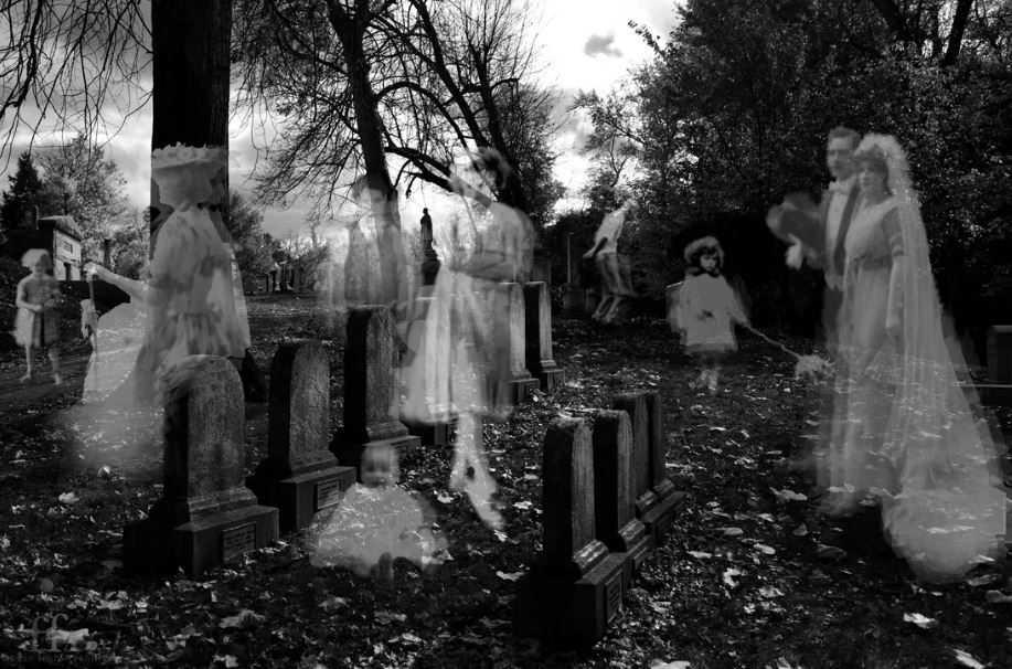 Призраки, духи, привидения, орбы, души умерших на кладбище.