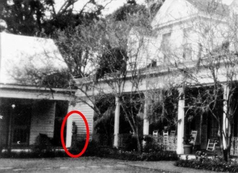 На старой плантации в Луизиане на групповое фото попал призрак рабыни.