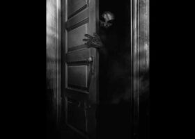 Демон выглядывает из детской комнаты (видео)