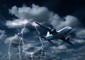 Молния поражает самолет после появления НЛО