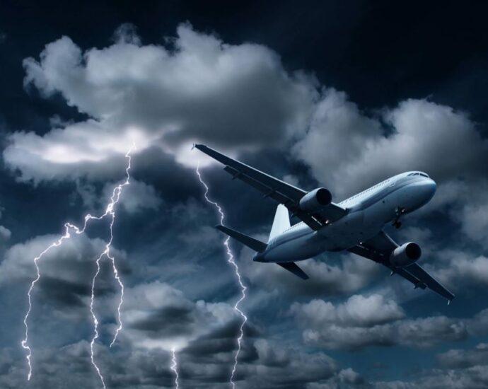 Молния поражает самолет после появления НЛО.