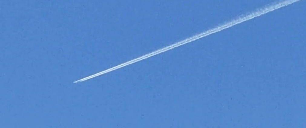 Объект преследует самолет и настигает его (видео)