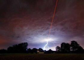 Лазерные лучи с неба, странные молнии