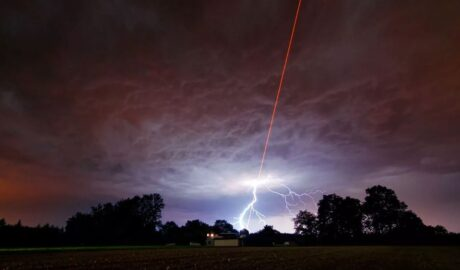 Лазерные лучи с неба, странные молнии.