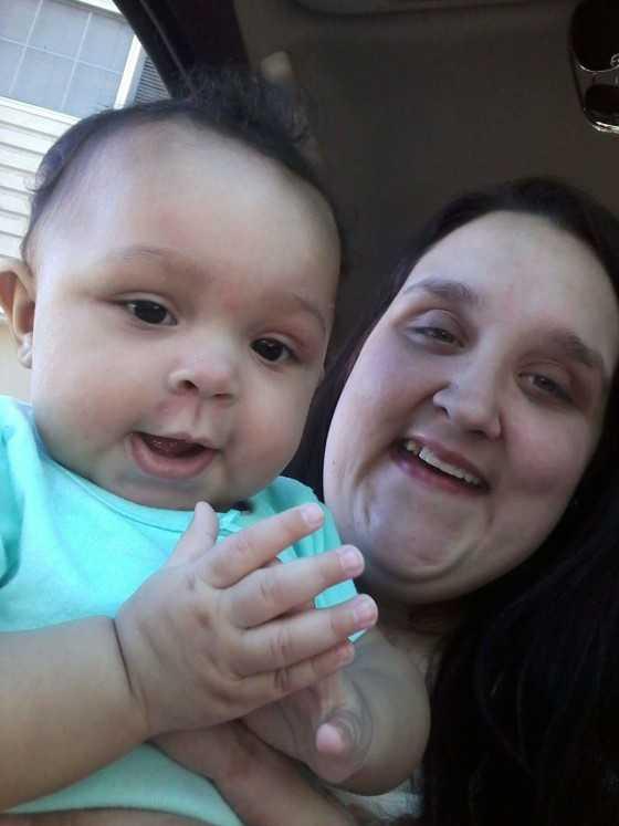 Ханна Симмонс держит свою маленькую дочь Аланну.