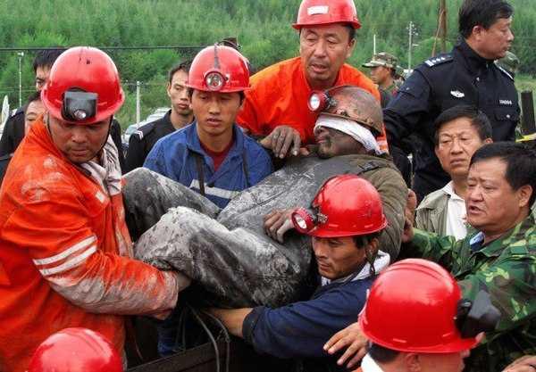 После длительного подземного заключения шахтер пока не адаптировался к дневному свету.