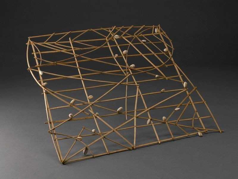 Фигурная стик-карта в Музее науки Великобритании. Это квадрат 69 сантиметров, сделанный из жилок пальмовых листьев.