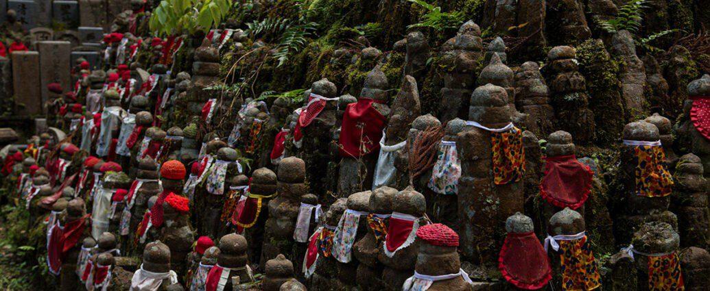 Парящий камень на кладбище напугал японцев.