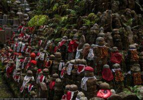 Парящий камень на кладбище напугал японцев