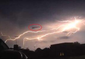 Треугольный НЛО, поглощающий энергию молнии