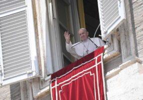 Папа Франциск загадочно исчезает в окне Ватикана