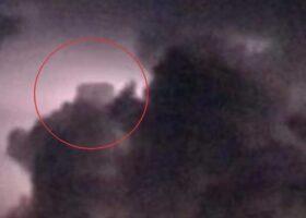 НЛО в форме куба появляется во время грозы